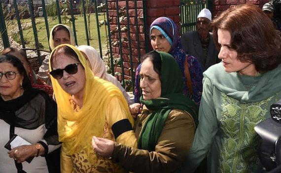 Jammu Kashmir अनुच्छेद 370: फारुक अब्दुल्ला की बेटी और बहन को पुलिस ने हिरासत में लिया
